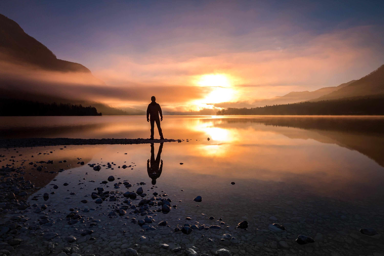 Lever de soleil depuis la plage d'Ukanc sur le lac Bohin. Un moment intense de contemplation. (Lac Bohinj, Slovénie)