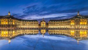 La Place de la Bourse se reflète dans le Miroir d'eau pendant les blue hours. (Place de la Bourse et Miroir d'eau, Bordeaux)
