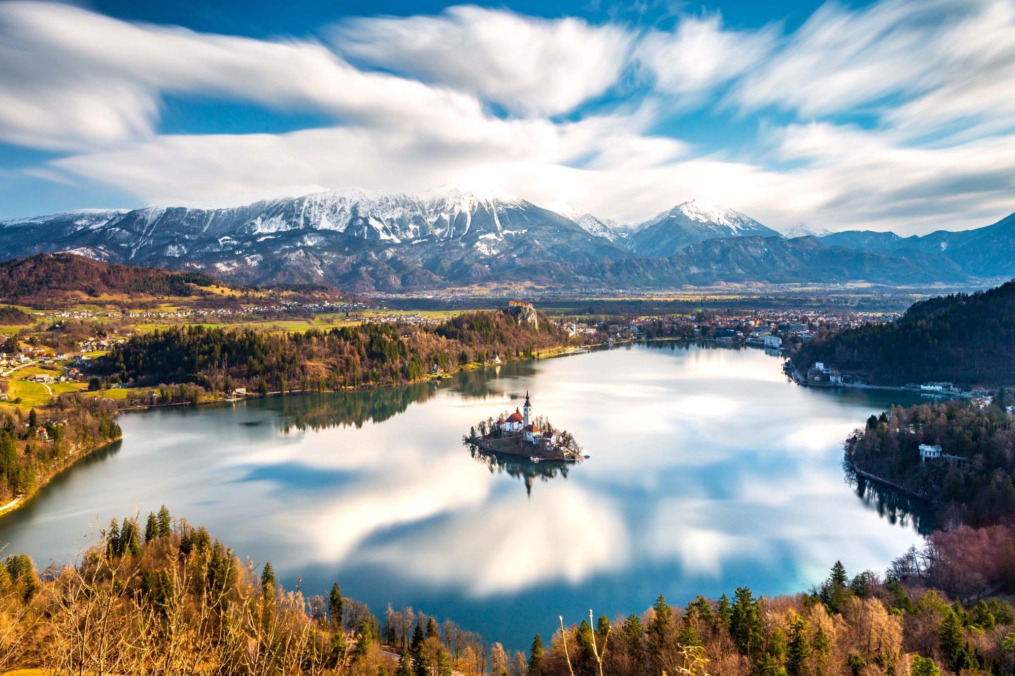 Le lac de Bled et sa célèbre île depuis les hauteurs de la foret environnante. (Bled, Slovénie)