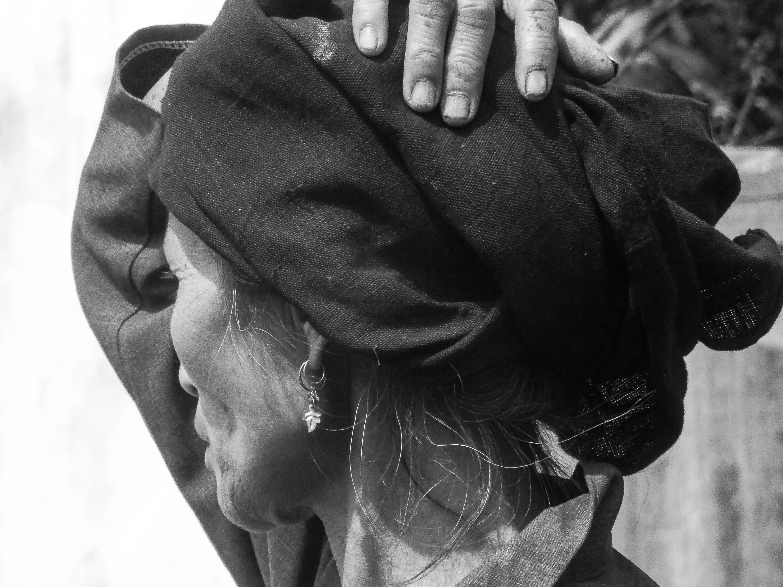 Parfois on croit percevoir dans le regard d'une femme qu'on est autorisé à la photographier. Mais parfois on se trompe ... (Muang Khua, Laos)